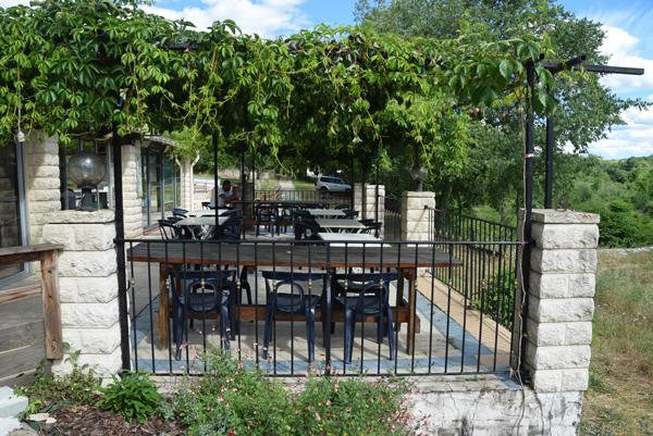 Terrasse ombragée au restaurant Chaulet Village